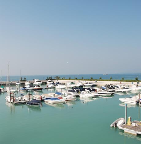 Hafen mit Wasserfahrzeuge, Lago di Garda